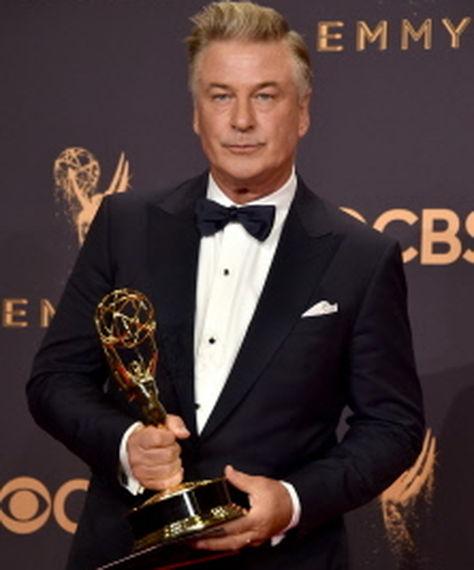El actor de 59 años, Alec Baldwin, con su estatuilla.