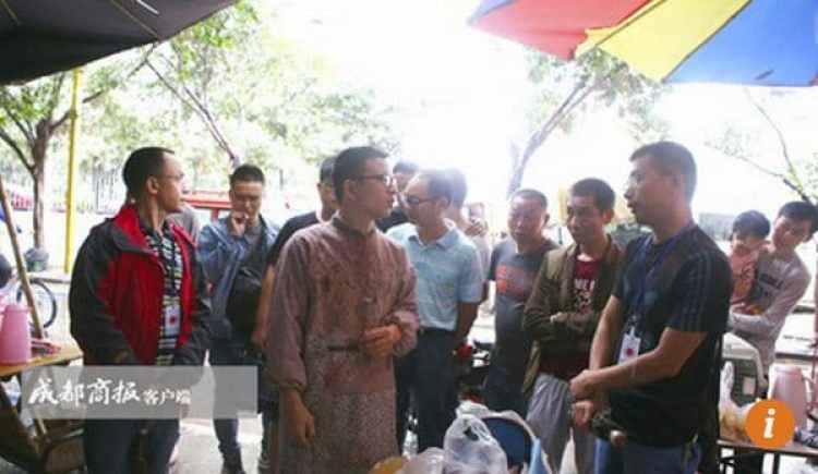 Zeng en la plaza donde realizaba las operaciones(Chengdu Business Daily)