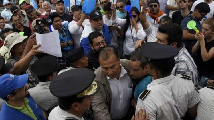 Diputados guatemaltecos son escoltados ante la protesta de los ciudadanos por los sonados casos de corrupción. (AFP)
