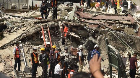 Un poderoso terremoto de magnitud 7,1 en la escala abierta de Richter sacudió el martes la Ciudad de México, causando pánico entre los 20 millones de habitantes. Foto: AFP
