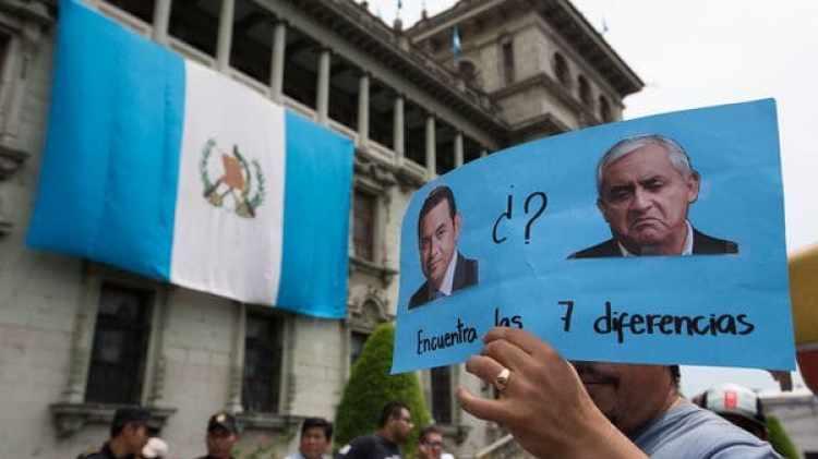 Los manifestantes comparaban al ex presidente Otto Pérez con Jimmy Morales (AP)