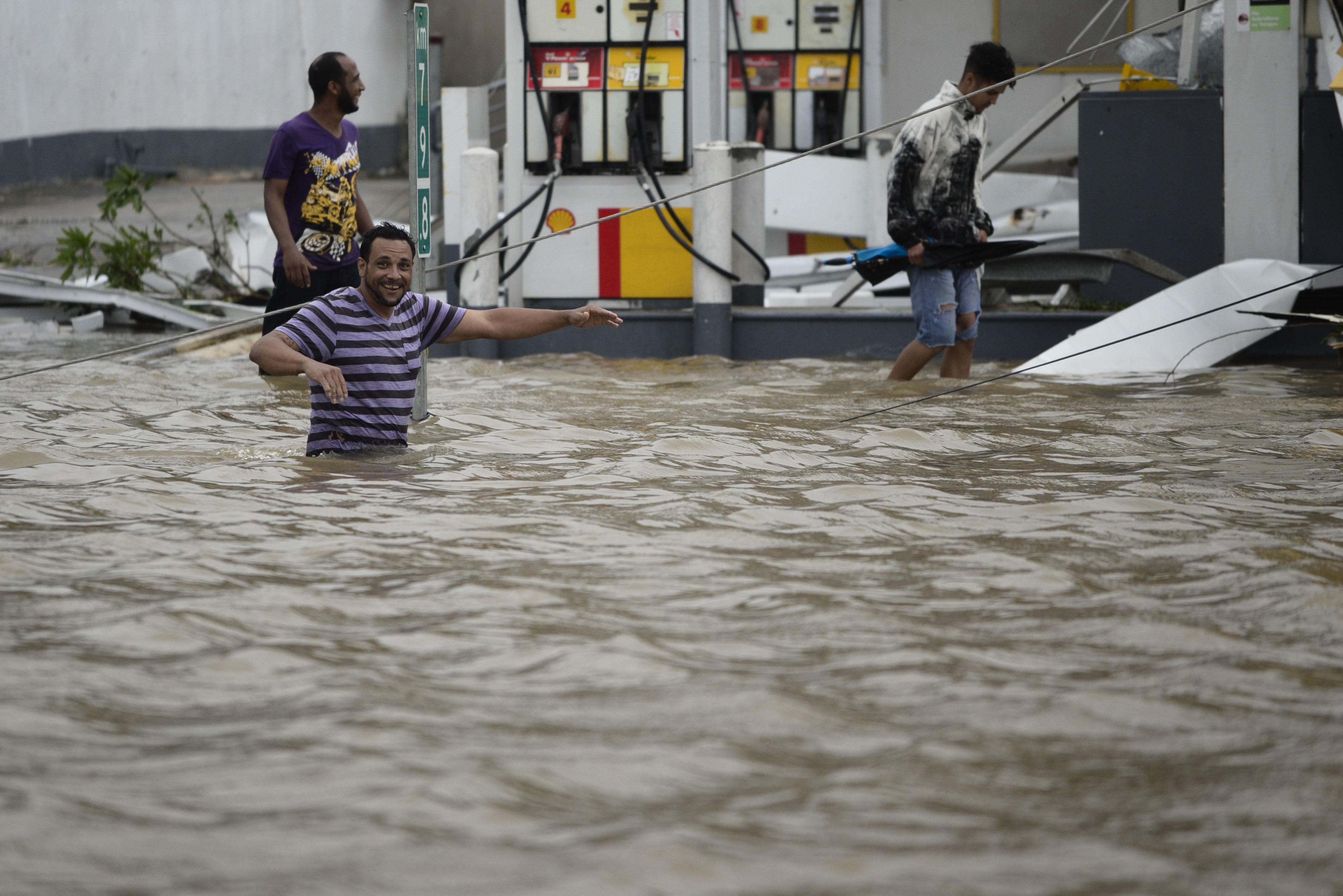 Partes de las isla, como enHumacao quedaron inundadas por el desbordamiento de unos ríos. (AP Photo/Carlos Giusti)