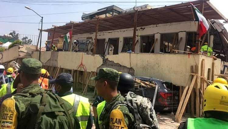 Las tareas de rescate en el colegio (AFP)