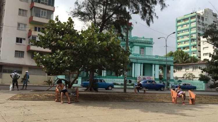 En Cuba el wifi sólo se consigue en las plazas y otros lugares públicos, comprando horas de servicio al Estado y utilizando celulares o computadoras portátiles