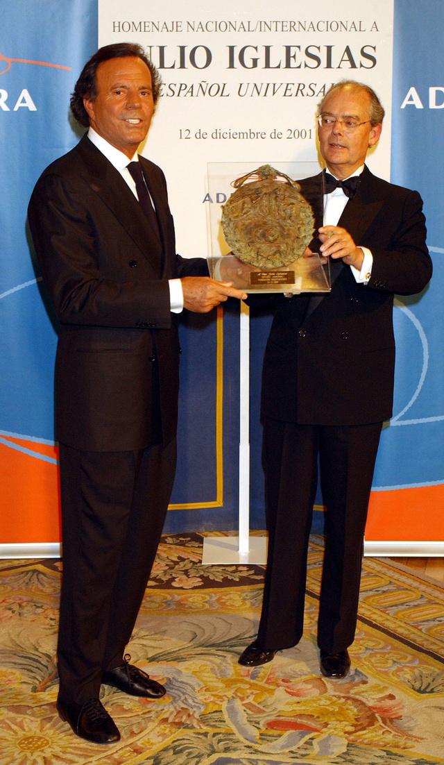 El artista recibiendo el premio