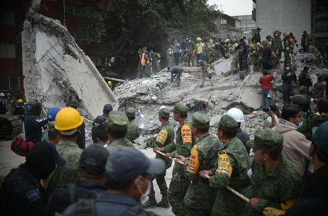 Prosiguen las tareas de búsqueda de cuerpos tras el terremoto en México. Foto: AFP