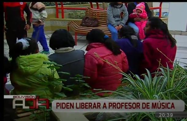 Apoderados piden liberar a profesor acusado de acoso sexual