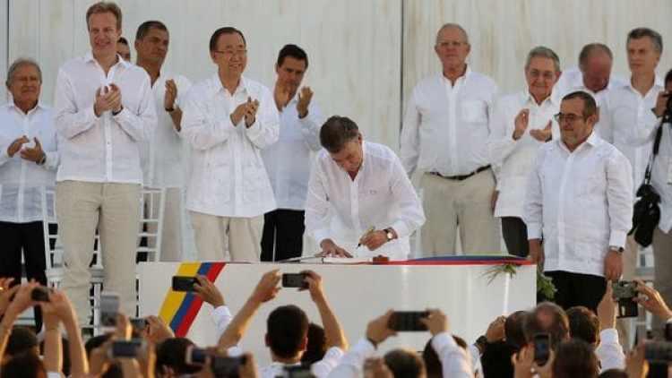 La firma de paz de Juan Manuel Santos (AP)