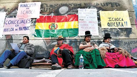 PROTESTA. Concejales y dirigentes de Ichoca en La Paz, piden que su alcalde sea sancionado.