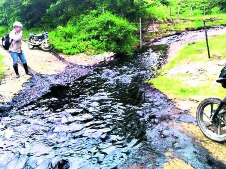 Así se ve una quebrada, que antes era de aguas cristalinas, tras la voladura del oleoducto. (Defensoría del Pueblo de Colombia)