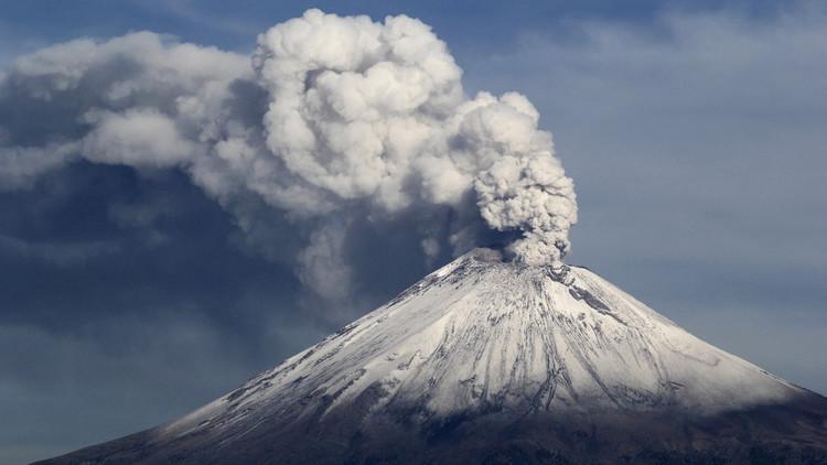 Exhalaciones del volcán Popocatépetl lanzan cenizas al centro de México