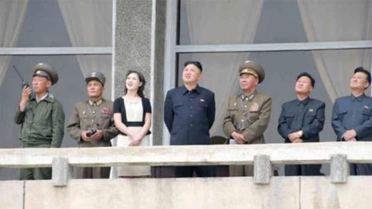 Otro acto militar. La esposa de Kim Jong-un siempre elige los tonos pastel para sus prendas. Eso sí, su colección está conformada por ropa de Dior y Chanel (Reuters)