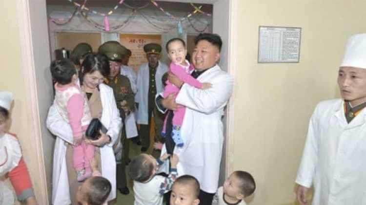 Kim Jong-un y su esposa Ri Sol-ju durante una visita al Hospital General Taesongsan (Reuters)