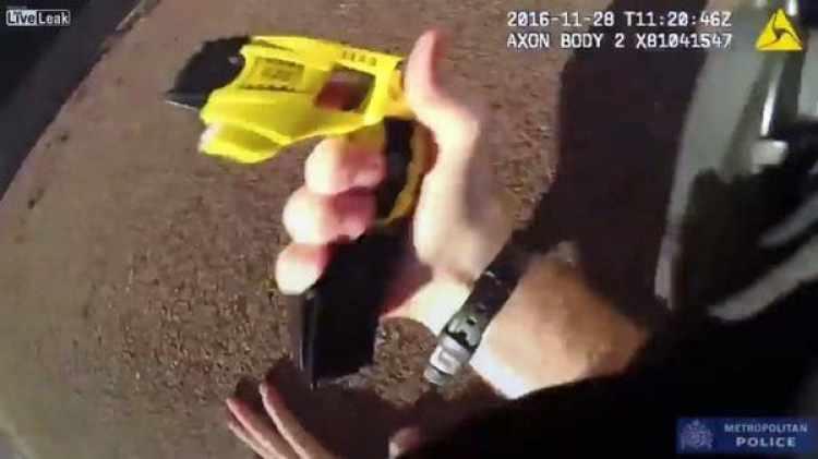 La taser con la que el policía se defendió del perro