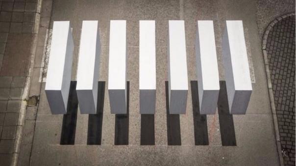 La pintura crea una ilusión óptica.