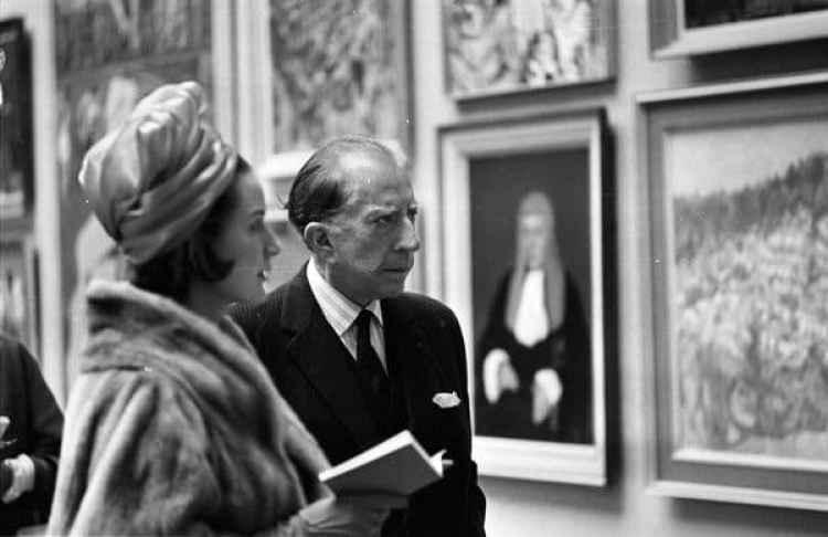 30 de abril de 1965: Jean Paul Getty (1892 – 1976) duratne una visita privada a una colección de arte en Londres con su secretaria Robina Lund (Getty Images)