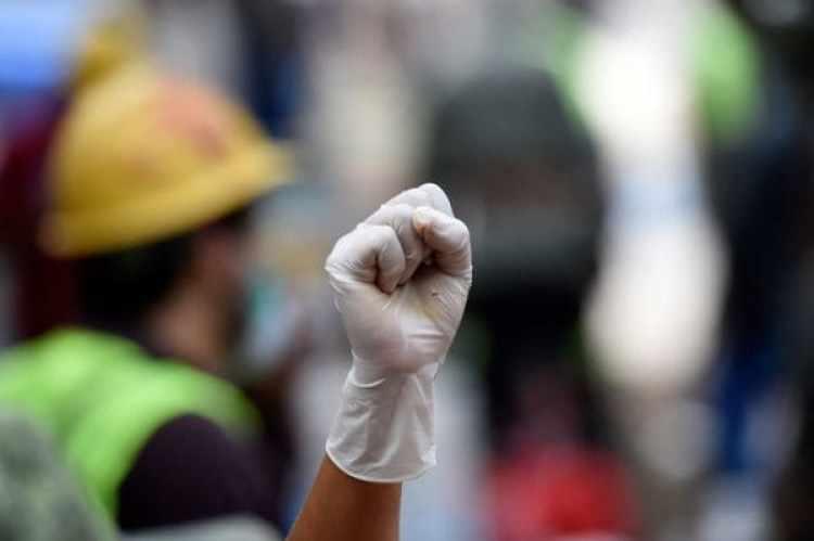 Los puños en alto que daban la esperanza de haber encontrado sobrevivientes. (Foto: AFP)