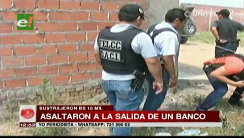 Detienen a dos extranjeros acusados de atracar a una persona afuera de un banco
