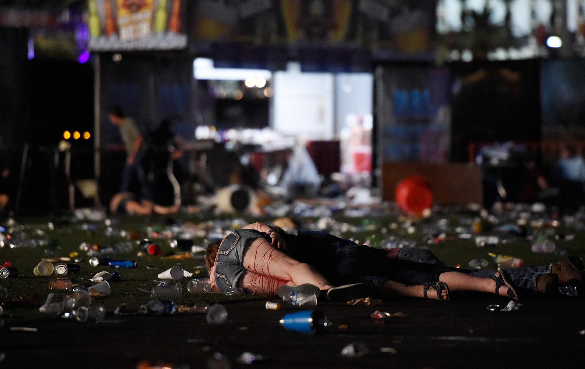 Los cuerpos de muertos y heridos quedaron entre latas, botellas y vasos de bebidas abandonados en medio delpánico general(David Becker/Getty Images/AFP)