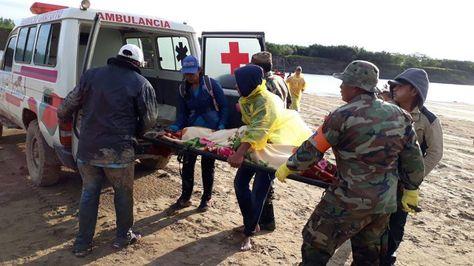 Rescatistas trasladan los restos de uno de los cuatro fallecidos. Fue el lunes.
