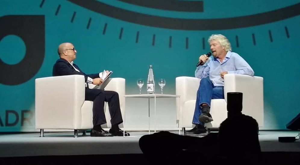 Foto: Richard Branson (derecha) durante su charla con Santiago Íñiguez. (Foto: WOBI)