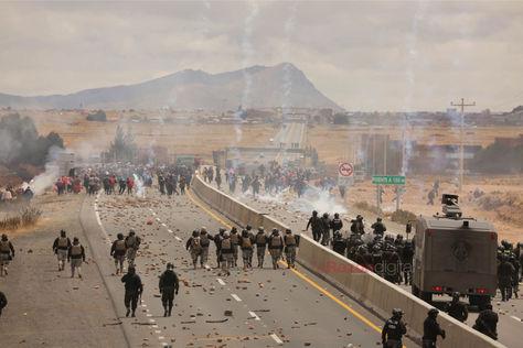 Policías avanzan frente a vecinos de Achacachi que bloquean en la localidad de Cucuta. Foto: Luis Gandarillas
