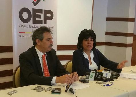 El Coordinador General de la Auditoría Integral del Registro de la Auditoría Integral del Registro Biométrico en Bolivia de la OEA, Rodrigo Morales, junto a Katia Uriona, presidenta del TSE. Foto: La Razón