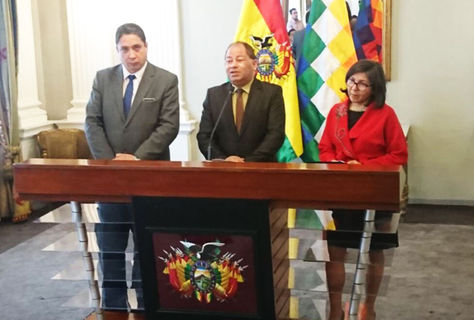 El ministro de Gobierno, Carlos Romero (c), junto al ministro de Justicia, Héctor Arce, y la vicecanciller María Luisa Ramos.