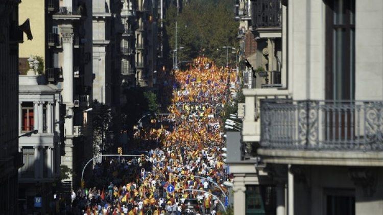Las calles se llenaron de manifestantes contra la independencia catalana (AFP).