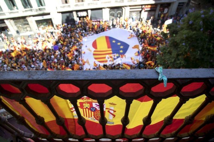 Miles de españoles se movilizaron en Barcelona para pedir por la unidad del país (EFE)