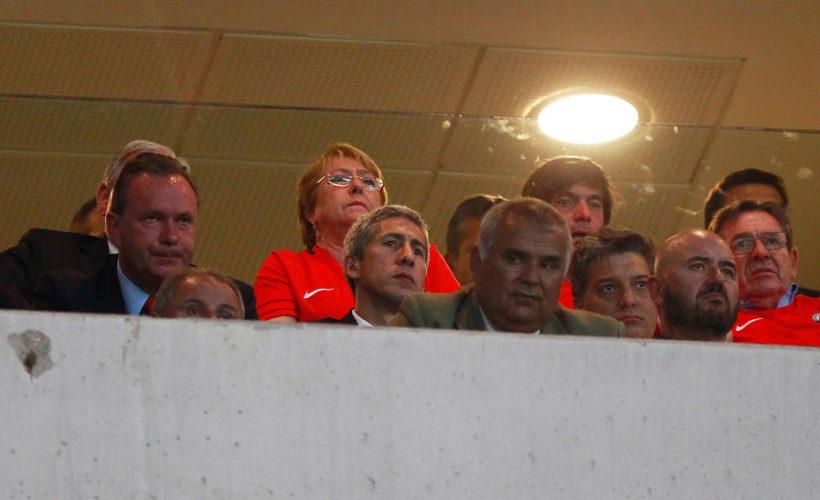 Reportaje afirma que viaje de Bachelet al partido Chile-Brasil habría costado cerca de  millones