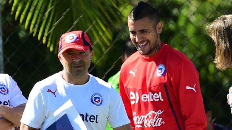 Jorge Sampaoli y Arturo Vidal, juntos en un entrenamiento de Chile