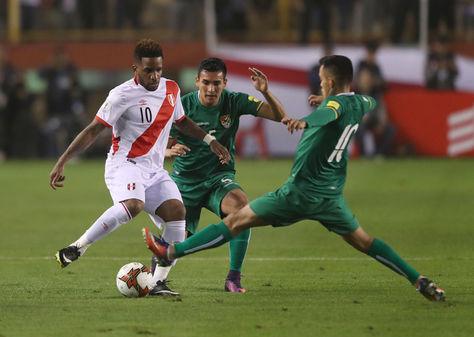 Jefferson Farfán (izq.) de Perú disputa el balón con Valverde y Campos de la selección boliviana. Foto: Archivo EFE