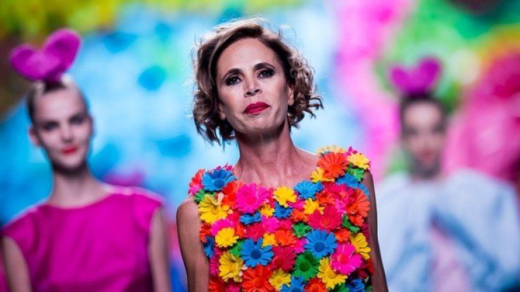 En los últimos años Ágatha Ruiz de la Prada llena de prendas multicolor los armarios a lo largo de todo el mundo, declarando una guerra real contra el color negro (Getty Images)