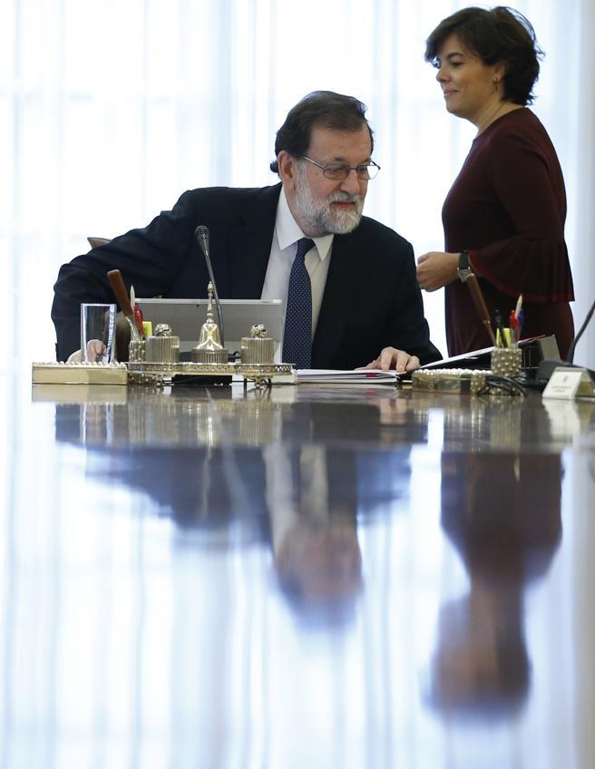 Mariano Rajoy y Soraya Sáenz de Santamaría en la reunión extraordinaria del Consejo de Ministros