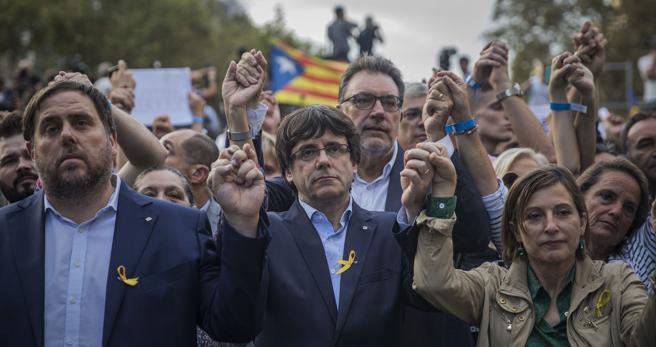 El Govern en bloque junto a otros políticos de las formaciones soberanistas y de Podemos han asistido a la marcha de esta tarde