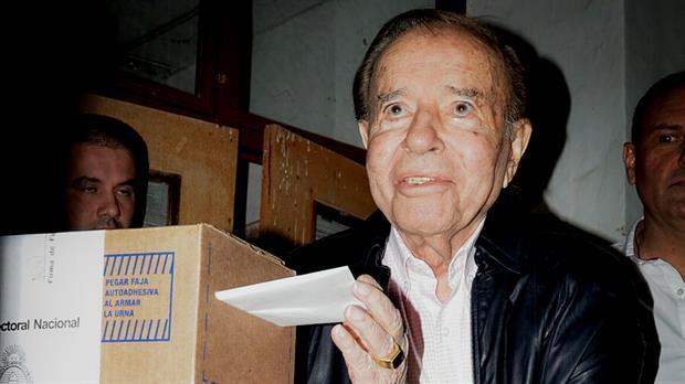 Carlos Menem votando