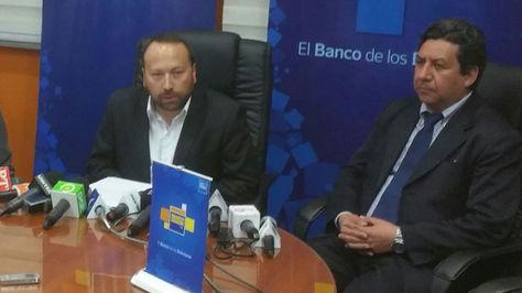 Rolando Marín Ibañez (d) durante su presentación como nuevo Gerente General del Banco Unión.