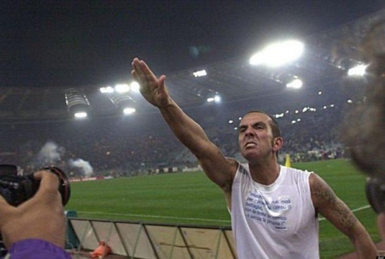 El ex capitán e ídolo de la Lazio Paolo Di Canio se dirigió en 2005 a los ultras con el Saludo Romano, uno de los gestos típicos del régimen fascista