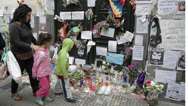 Las personas se acercan a dejar cartas, notas flores y velas para homenajeara a Santiago. Foto: LA NACION / Soledad Aznarez