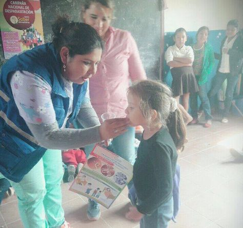 Personal del Ministerio de Salud suministra el medicamento a una niña. Foto: Ministerio de Salud