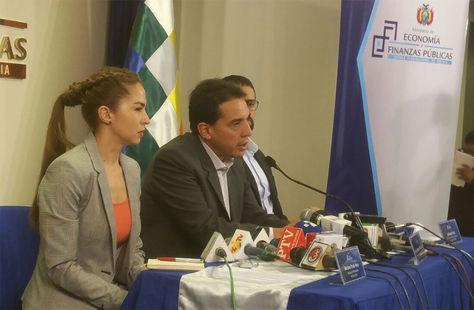 El ministro de Economía y Finanzas, Mario Guillén, y la ministra de Planificación y Desarrollo, Mariana Prado, en una conferencia de prensa.