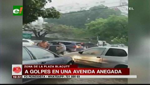 Intensa lluvia: Dos conductores se agarran a golpes producto del caos vehicular