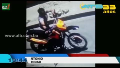 Delincuente fue captado por cámaras de seguridad cuando robaba una moto