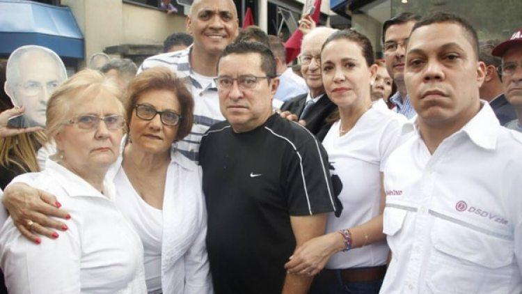 María Corina Machado junto con simpatizantes en la marcha de este martes a la sede de la OEA en Caracas. (Twitter)