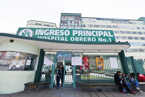 Puerta de ingreso al Hospital Obrero en la ciudad de La Paz.