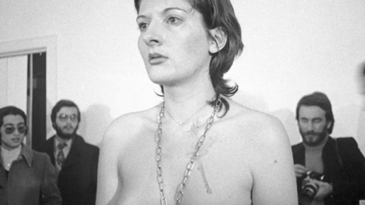 La artista serbia Marina Abramovic, en una de más impactantes performances (Marina Abramovic Institute)