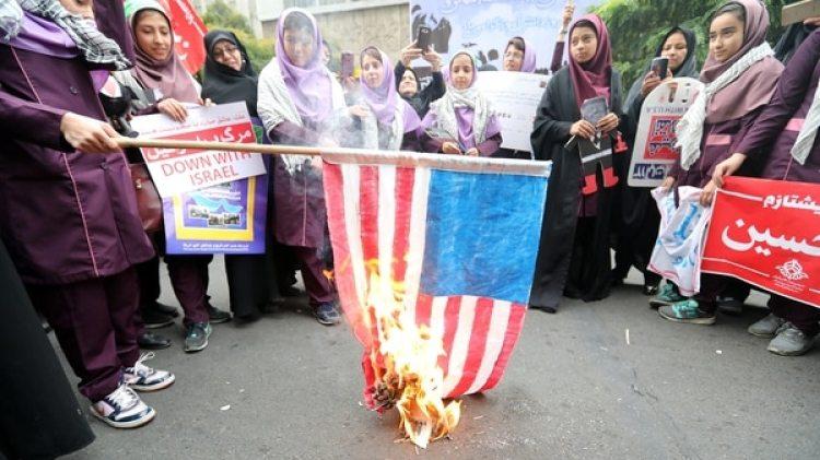 La bandera de Estados Unidos en llamas (AFP)