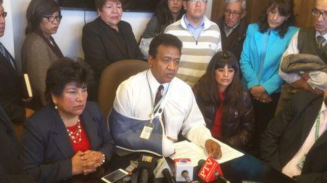 Al centro, el administrador Regional de la CNS, William de la Barra, en conferencia de prensa.