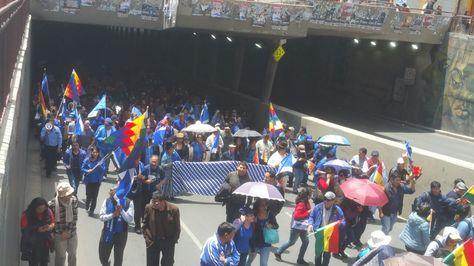 Militantes del MAS en la marcha que respalda la repostulación de Morales en La Paz.